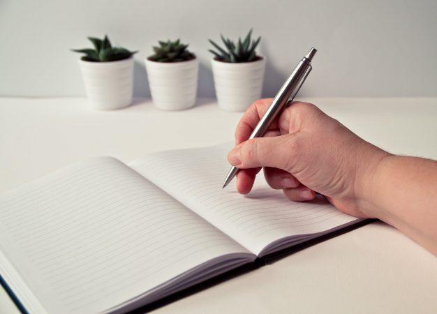 Suka Menulis? Coba Pertimbangkan 8 Profesi Menulis Ini!